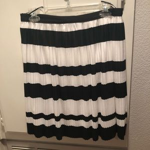 NWT Black and white H & M pleated skirt